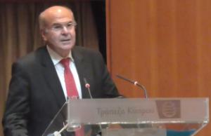 Ο καθηγητής Βασίλης Σκουρής κατά την διάρκεια της  Διάλεξης στην Αίθουσα Τελετών Τραπέζης Κύπρου, ΕΙΠ-Λευκωσία, 2014