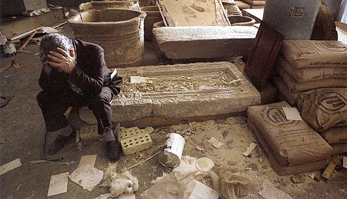 Εθνικό Μουσείο στο Ιράκ. Ο διευθυντής του Μουσείου, Mushin Hasan, κρατάει με απόγνωση το κεφάλι του καθισμένος σε κατεστραμμένες αρχαιότητες, τον Απρίλιο του 2003.
