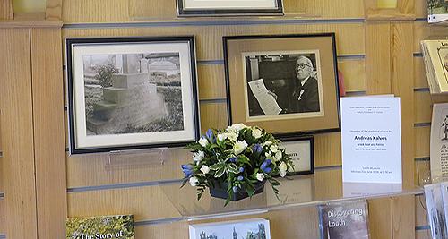 Άνθη στη φωτογραφία του J.W. White, Διευθυντή του Μουσείου στη δεκαετία 1930. Ο White υπήρξε πρωτοπόρος της έρευνας για τον Κάλβο στο Louth. Για την προσφορά του είχε λάβει τον Χρυσό Μεγαλόσταυρο του Φοίνικα.