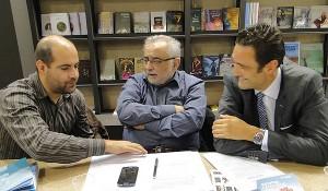 Ο πρόεδρος του ΕΙΠ, καθηγητής Χριστόδουλος Γιαλλουρίδης (μ) με τον Αντώνη Καρατζά, πρόεδρο του ΟΣΔΕΛ (δ)