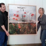 Ο καλλιτέχνης και η επιμελήτρια της έκθεσης κατά τη διάρκεια των προετοιμασιών.