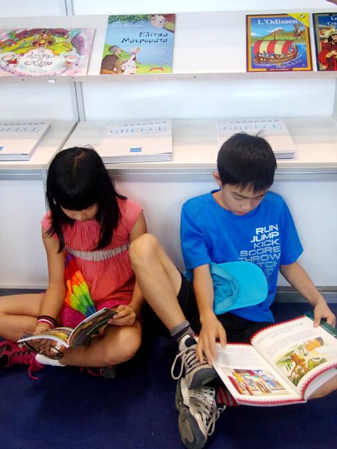 Οι μικροί επισκέπτες δεν έφευγαν από το Ελληνικό Περίπτερο χωρίς να διαβάσουν πολλά παιδικά βιβλία (στα Ελληνικά, Αγγλικά και Κινέζικα).