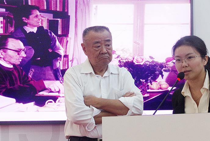Η κ.Que Jianrong, υποψήφια διδάκτωρ στο Πανεπιστήμιο του Πεκίνου με θέμα τον Ελληνικό Εμφύλιο και ο κ.Li Chengui, μεταφραστής του Νίκου Καζαντζάκη στα Κινέζικα, κατά τη διάρκεια της ομιλίας τους για τον για τον μεγάλο Έλληνα συγγραφέα.