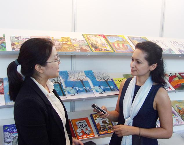 Η κ.Que Jianrong, παραχωρεί συνέντευξη στην δημοσιογράφο Εύα Παπαζή.