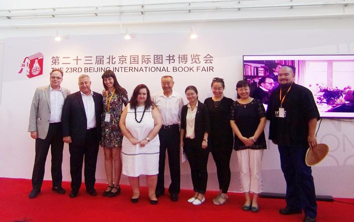 Μετά την εκδήλωση για τον Νίκο Καζαντζάκη. Ομιλίες για τη ζωή και το έργο του συγγραφέα δόθηκαν από την κ. Que Jianrong (τέταρτη από δεξιά), τον κ. Li Chengui (μέσον), την κ. Ελισάβετ Φωτιάδου, πρεσβευτής - σύμβουλος, επιτετραμμένη της Πρεσβείας της Ελλάδος στο Πεκίνο (τέταρτη από αριστερά) και τον κ. Ευθύμιο Αθανασιάδη, σύμβουλος επικοινωνίας Α΄ της Πρεσβείας της Ελλάδος στο Πεκίνο (πρώτος από αριστερά).