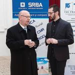 Ο Πρέσβης της Ελλάδος στο Βουκουρέστι, κ. Βασίλης Παπαδόπουλος [α], συνομιλεί με τον Διευθυντή της Εστίας Βουκουρεστίου του ΕΙΠ, κ. Claudiu Sfirschi-Lăudat [δ], πριν την έναρξη της παράστασης [φωτογραφία: Dan Cozma].