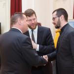 Ο Πρέσβης της Τσέχικης Δημοκρατίας στο Βουκουρέστι, κ. Vladimir Valky [α], ο Διευθυντής του Τσέχικου Κέντρου, κ. Frantisek Zachoval [κ] και ο Διευθυντής της Εστίας Βουκουρεστίου του ΕΙΠ, κ. Claudiu Sfirschi-Lăudat [δ] , πριν την έναρξη της παράστασης [φωτογραφία: Dan Cozma].