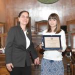 Η Διευθύντρια του Ελληνικού Ιδρύματος Πολιτισμού στην Ιταλία, κα Αλίκη Κεφαλογιάννη και η μαθήτρια Μαρία Δέσποινα Δίπλα, κατά τη διάρκεια της Τελετής Βράβευσης, στην αίθουσα του Δημοτικού Συμβουλίου της Τεργέστης.
