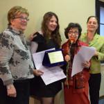 Από αριστερά: η κα Paola Henke Penco, σύζυγος του ποιητή Sergio Penco, η νεαρή ποιήτρια Γεωργία Θεοδώρα Ζώρα, η κ. Gabriella Valera Gruber, Πρόεδρος του Διαγωνισμού Ποίησης «Castello di Duino» και η κα Αλίκη Κεφαλογιάννη, Διευθύντρια του Ελληνικού Ιδρύματος Πολιτισμού Ιταλίας.