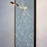 Δημήτρης Μεράντζας, Πρός την Αυτοδικία, 2012 (σπασμένος καθρέπτης και μαχαίρι, 40x80x30 εκ.).