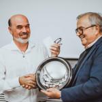 Ο Κωνσταντίνος Θέος (α), γιός του σκηνοθέτη Δήμου Θέου, παραλαμβάνει για λογαριασμό του πατέρα του, το βραβείο «Αnno Uno», από τον Michele Zanetti (δ), Πρόεδρο του Φεστιβάλ «Mille Occhi».