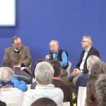 Ο Βασίλης Αλεξάκης ενώ μιλάει στην εκδήλωση «Ελλάδα: Λογοτεχνική ακτινογραφία μιας κρίσης», ανάμεσα στον συγγραφέα Γκαζμέντ Καπλάνι και τον Γάλλο συντονιστή της συζήτησης, δημοσιογράφο της Le Monde, Alain Salles.