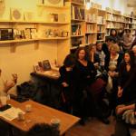 Ο Γκαζμέντ Καπλάνι στο γεμάτο βιβλιοπωλείο L' instant.