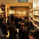 Κόσμος στο βιβλιοπωλείο L' instant.
