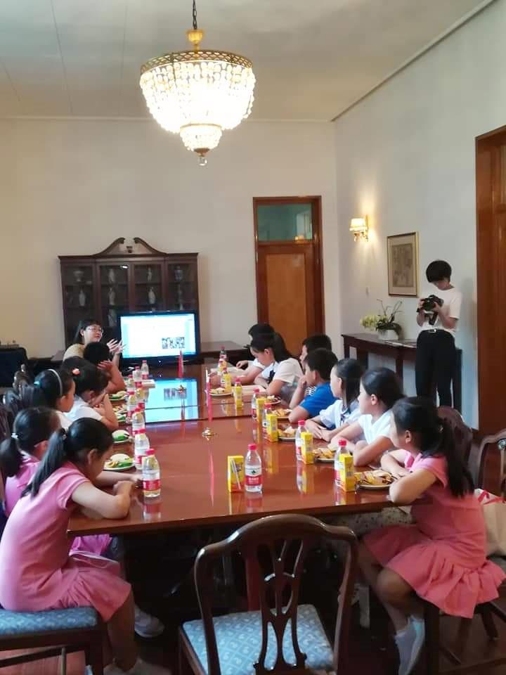 Η Τόνια Λούο συζητά με κινεζόφωνους μαθητές πρωτοβάθμιας εκπαίδευσης κατά τη διάρκεια του βιωματικού εργαστηρίου «Παίζοντας με την Οδύσσεια», στην Πρεσβεία της Ελλάδος στο Πεκίνο