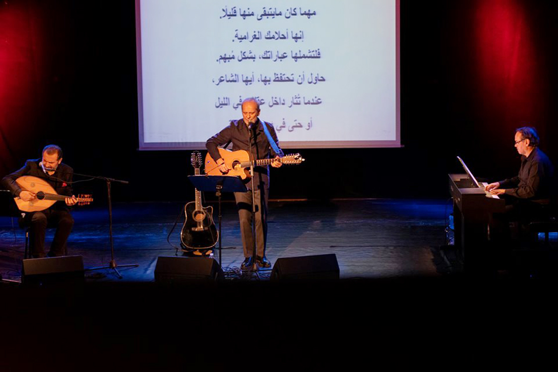 Στιγμιότυπο από τη συναυλία του Κώστα Γανωτή με τη συμμετοχή των Χάικ Γιαζιτζιάν και Νίκου Καλαντζάκου στη Βιβλιοθήκη της Αλεξάνδρειας