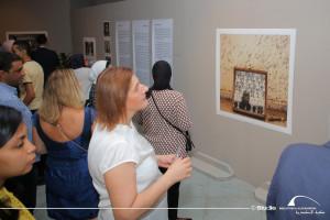 Στιγμιότυπο από τα εγκαίνια της έκθεσης «Κρυφή μνήμη – Το Αβερώφειο Γυμνάσιο της Αλεξάνδρειας» της Μαρίας Στέφωση στη Βιβλιοθήκη της Αλεξάνδρειας