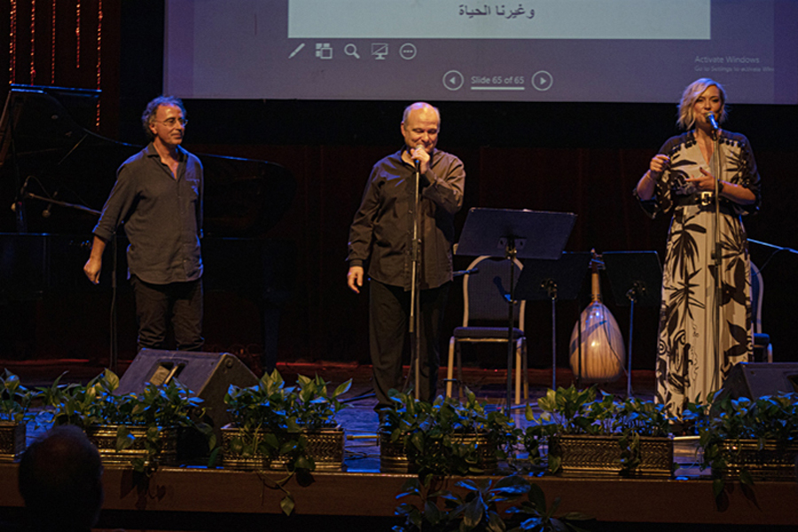 Στιγμιότυπο από τη συναυλία του Κώστα Θωμαΐδη και της Ρίτας Αντωνοπούλου, με τον Τάκη Φαραζή στο πιάνο και το συγκρότημα του Χάλεντ Σαμς, στην Όπερα του Καΐρου
