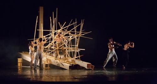 Στιγμιότυπο της παράστασης EUROPIUM από την ομάδα ROOTLESSROOT, που πραγματοποιήθηκε στο Βουκουρέστι στις 15 Μαρτίου 2017, στην Αίθουσα Majestic του Θεάτρου Odeon. Η παράσταση διοργανώθηκε στο πλαίσιο του Φεστιβάλ LIKE CNDB 2017, από το Ελληνικό Ίδρυμα Πολιτισμού και το Τσέχικο Κέντρο και σε συνεργασία με το Θέατρο Odeon, το Κέντρο Χορού και την Πρεσβεία της Τσεχικής Δημοκρατίας στο Βουκουρέστι. [Φωτογραφίa: Dan Cozma].