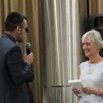 Φωτογραφικό στιγμιότυπο από την εκδήλωση «Γιατί πήρε το Βραβείο Νόμπελ ο Έλληνας ποιητής Οδυσσέας Ελύτης». Ο μεταφραστής του Ελύτη, Ιππόλυτος Χαρκάμωφ, προσφέρει στην Πρέσβη της Ελλάδος στη Μόσχα, κυρία Αικατερίνη Νασίκα, τον τόμο «Ιουλίου λόγος» που μόλις κυκλοφόρησε σε μετάφρασή του.