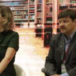 """«Ο λαϊκός πολιτισμός στη σύγχρονη λογοτεχνία. """"Γκιακ"""" και """"Λούσιας"""" – δύο καινούργια ελληνικά βιβλία σε ρωσική μετάφραση». Στη φωτογραφία η μεταφράστρια Ξένια Κλίμοβα και ο βιβλιοκριτικός και δημοφιλής πολιτιστικός μπλόγκερ, Ντμίτρι Γκάσιν."""