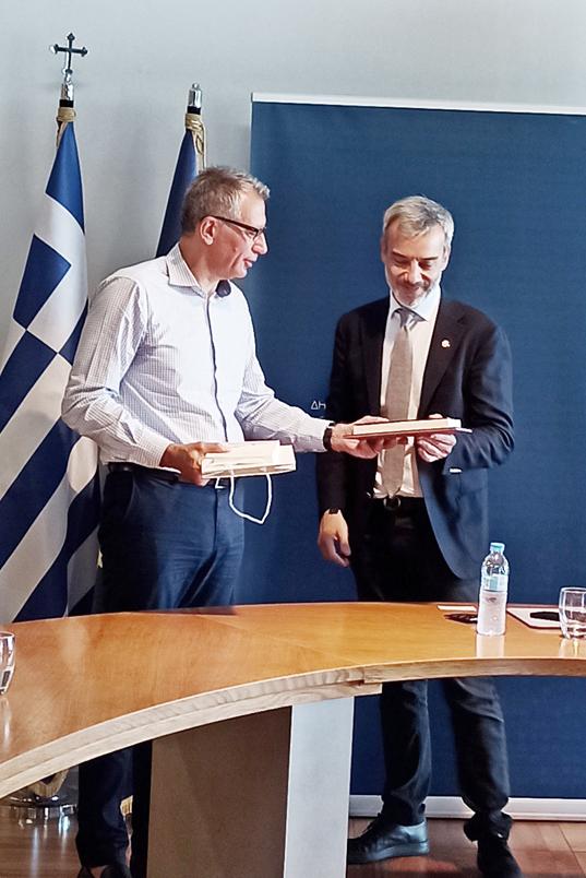 Ο Πρόεδρος του ΕΙΠ, Νίκος Α. Κούκης, προσφέρει τον συλλογικό τόμο του Ελληνικού Ιδρύματος Πολιτισμού για την επέτειο των 200 ετών της Επανάστασης του 1821 και την έκδοση-ταυτότητα του ΕΙΠ, στον Δήμαρχο Θεσσαλονίκης, Κωνσταντίνο Ζέρβα.