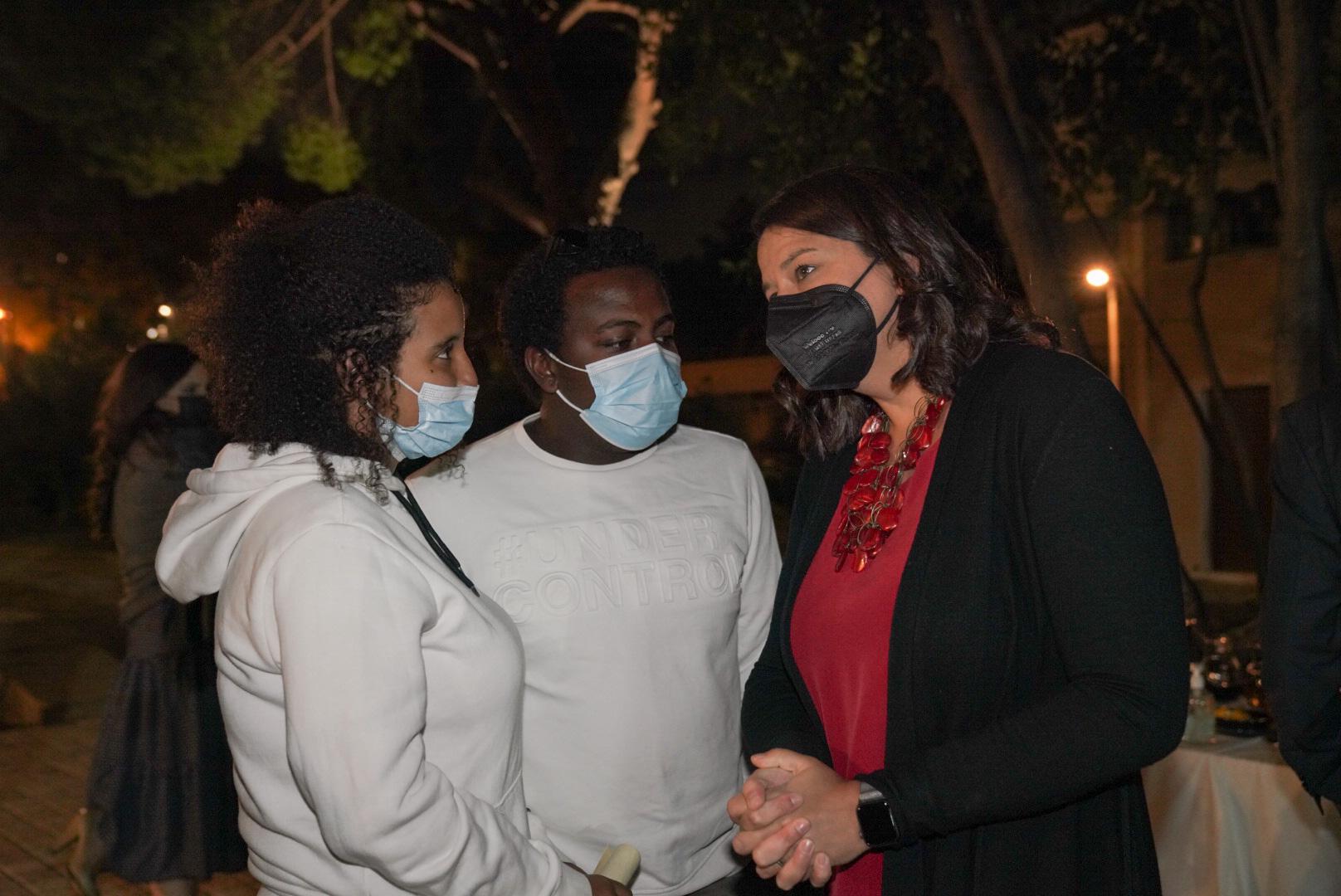 Η Υπουργός Παιδείας και Θρησκευμάτων, Νίκη Κεραμέως, συζητά με γονείς και διακριθέντες μαθητές του διαγωνισμού