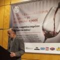 Ο Δρ Γιαννάκης Γεωργιάδης, πρώην Διευθυντής του Συμβουλίου Αμπελουργικών Προϊόντων Κύπρου, κατά τη διάρκεια της ομιλίας του για τον Κυπριακό οίνο.