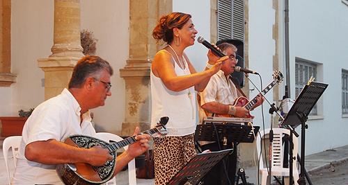 Φωτογραφικό στιγμιότυπο από την βραδιά ποίησης και μουσικής, αφιερωμένη σε δύο κατεχόμενες πόλεις της Κύπρου, την Αμμόχωστο και την Κερύνεια, που πραγματοποιήθηκε στον προαύλιο χώρο του οικήματος της Εστίας Ελλάδος Κύπρου, την Πέμπτη, 7 Ιουλίου 2016.